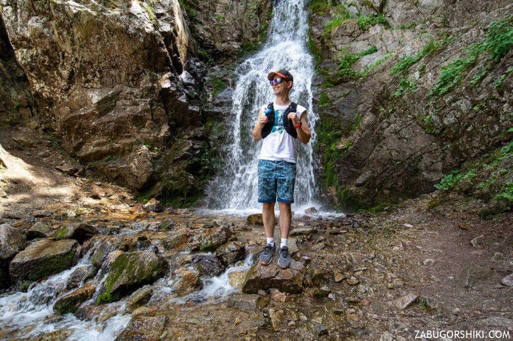 Ренат на фоне водопада на Кок-Жайляу