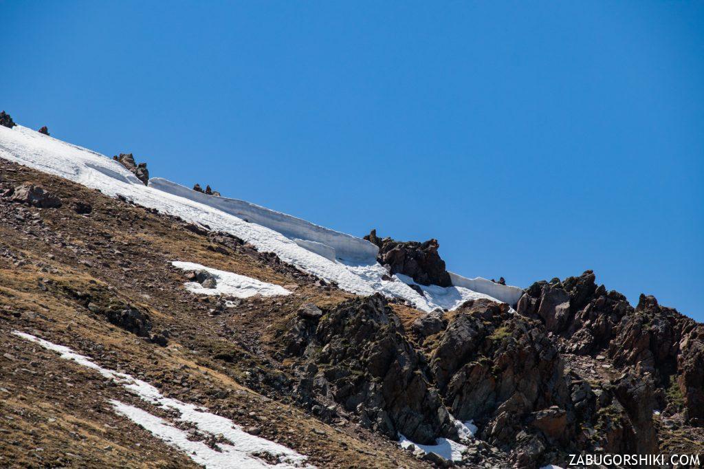 """Снежные """"волны"""" вершины пика Панорамы."""