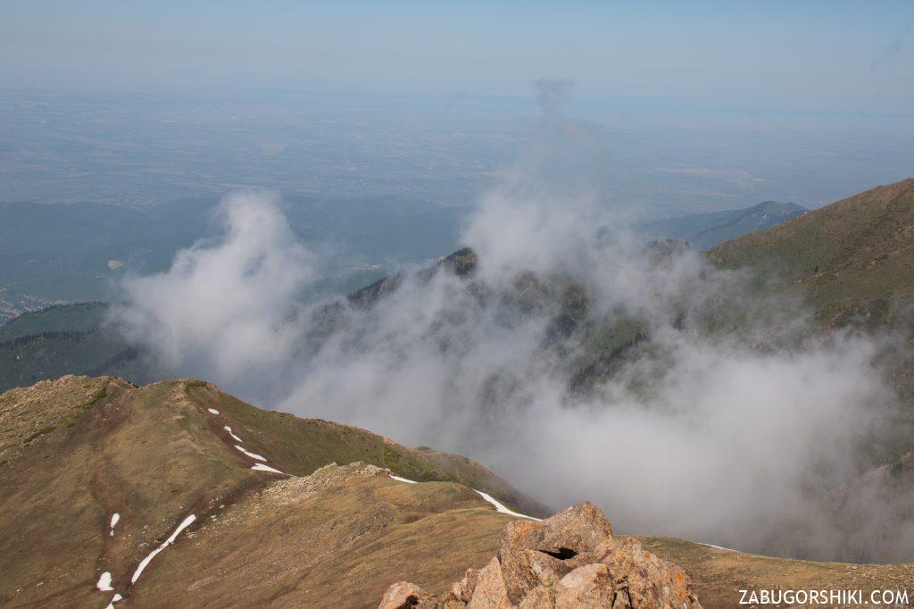 Облака на фоне пика Фурманова.