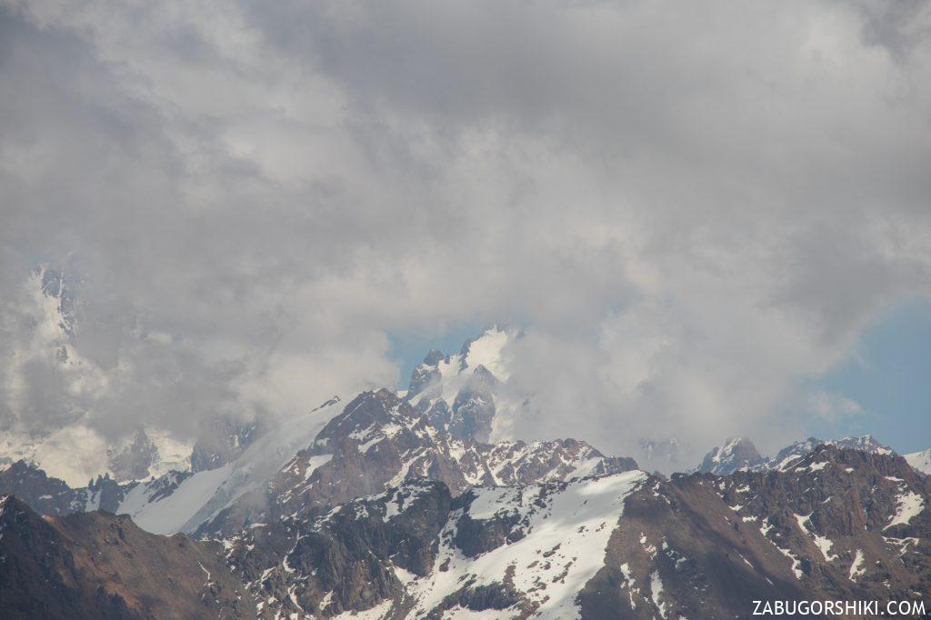 Пик Талгар, слева за облаками.