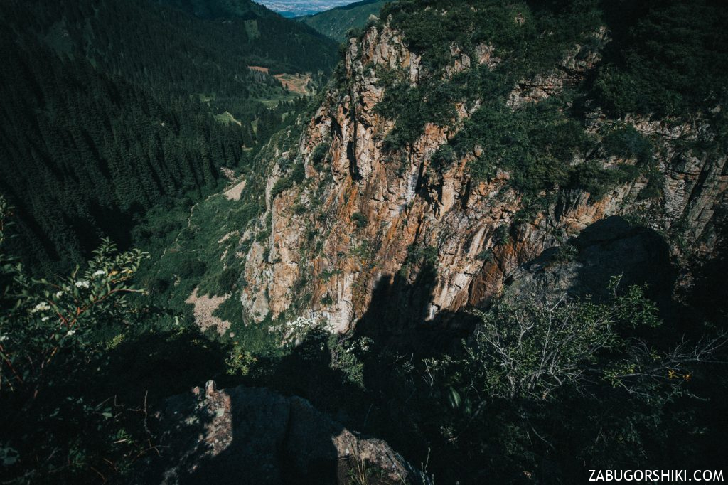 Вид со скал над Бутаковским водопадом.